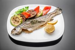 De pan braadde de geroosterde geroosterde gekookte gehele kabeljauw van de de overzeese baarzenzalm van de vissenforel royalty-vrije stock afbeeldingen