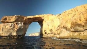 De pan schoot mening van Azure Window, als Tieqa wordt bekend die? erqa, een natuurlijke rotsvorming op de kust van Gozo-eiland,  stock videobeelden