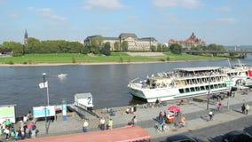De pan van de stadskade, fietsen, schepentoeristen, het oude verkeer van de brugauto stock video