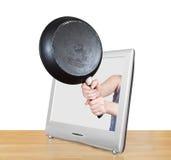 De pan in vrouwelijke handen leunt TV-uit het scherm Stock Fotografie