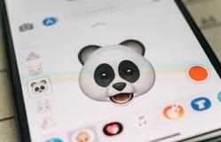 De panda draagt 3d animojiemoji door gezichtsiphone die van Gezichtsidentiteitskaart wordt geproduceerd Stock Fotografie