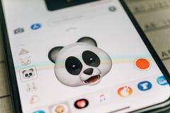 De panda draagt 3d animojiemoji door gezichtsiphone die van Gezichtsidentiteitskaart wordt geproduceerd Royalty-vrije Stock Fotografie