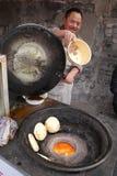 De pannekoek van Chinese van de chef-kokkok op het fornuis Royalty-vrije Stock Foto