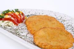 De Pannekoek van de aardappel/de Cake van het Rooster op geïsoleerdee plaat Royalty-vrije Stock Foto's
