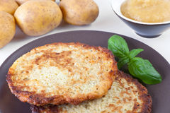 De Pannekoek van de aardappel met appelmoes Stock Afbeelding
