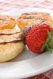 De pannekoeken en de aardbei van de kaas royalty-vrije stock foto's