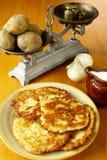 De pannekoeken van de aardappel (latkes) Stock Afbeelding