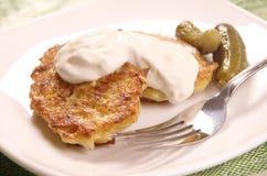 De pannekoeken van de aardappel met zure room Royalty-vrije Stock Foto