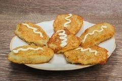 De pannekoeken van de aardappel met zure room Stock Foto's