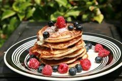 De pannekoeken van de bosbes voor ontbijt Stock Foto