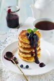De pannekoeken van de Cottegekaas gluten-Vrij met bosbessensaus op een lichte achtergrond Stock Fotografie