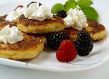 De pannekoeken van de gestremde melk met bessen. Stock Afbeeldingen