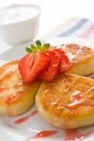 De pannekoeken van de kaas met aardbei royalty-vrije stock afbeeldingen