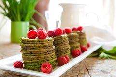 De pannekoeken van de netel met frambozen Stock Foto's