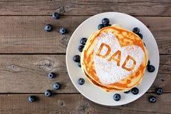 De pannekoekontbijt van de vadersdag met hartvorm en DAD brieven, hoogste mening op rustiek hout stock foto