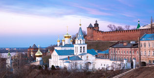 De panoramische kerk en het Kremlin Nizhny Novgorod van de de lentemening royalty-vrije stock afbeelding