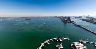 De panoramische LuchtMening van Baai Biscayne en Miami is Stock Fotografie