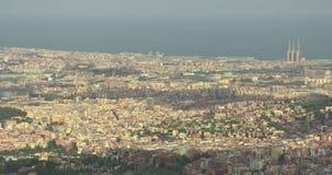 De panoramische luchtmening van Barcelona van Tibidabo-berg stock videobeelden