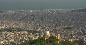 De panoramische luchtmening van Barcelona van Tibidabo-berg stock video