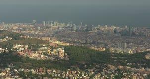 De panoramische luchtmening van Barcelona van Tibidabo-berg stock footage