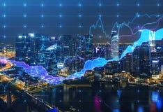 De panoramische mening van avondnew york met de digitale financiële grafiek Stock Afbeeldingen