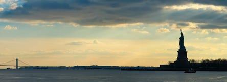 De panoramische Mening van het Silhouet van Standbeeld van Vrijheid   Royalty-vrije Stock Fotografie
