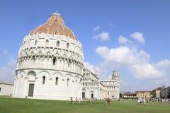 De panoramische mening van Pisa op een blauwe dag stock fotografie