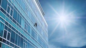 De panoramische Moderne de Bouwvoorgevel met één opende Venster, op blauwe hemel met heldere zonneschijn stock foto's
