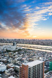 De panoramische moderne van het de vogeloog van de stadshorizon luchtmening met Berg Fuji onder dramatische zonsonderganggloed en royalty-vrije stock fotografie