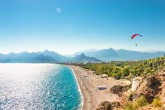 De panoramische vogelmening van Antalya en Mediterrane zeekust en is stock afbeelding