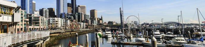 De panoramische Waterkant die van Seattle zuiden van pijler 66 kijken Stock Foto
