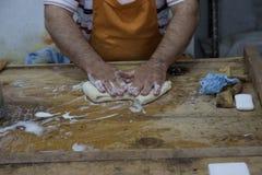 De pantoffels met de hand gemaakte proction van de ambachtenwol in Kruje, Albanië stock afbeeldingen