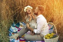De papa bespotte zijn kleine dochter Royalty-vrije Stock Foto
