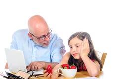 De papa is boos met zijn dochter stock afbeeldingen