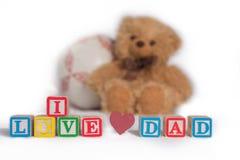 ` De papa d'amour du ` I, fait avec les blocs en bois colorés du ` s d'enfant avec le coeur rose L'ours brun et la boule bourrés  Photo libre de droits
