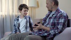 De papa die contant geld van portefeuille geven aan zoon voor nieuw speelgoed, kindkleingeld, financiert stock footage
