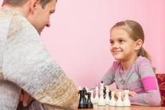 De papa en de dochter bekijken gelukkig elkaar Royalty-vrije Stock Foto's