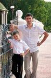 De papa en de zoon zijn in de volledige groei. Stock Afbeeldingen