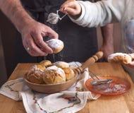 De papa en de dochter bereiden en eten broodjes met suiker voor Eigengemaakte gebakjes en de heerlijke Ochtend thuis comfortabele stock foto