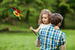 De papa en het kind lopen in het park Stock Foto's