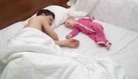 De papa en het kind zijn slaap Stock Foto