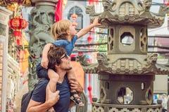 De papa en de zoon zijn toeristen op de Straat in de Portugese stijl Romani in Phuket-Stad Ook geroepen Chinatown of oud stock foto