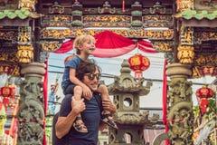 De papa en de zoon zijn toeristen op de Straat in de Portugese stijl Romani in Phuket-Stad Ook geroepen Chinatown of oud stock afbeeldingen