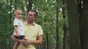 De papa houdt de baby in zijn wapens stock video