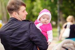 De papa houdt op hand een klein kind Royalty-vrije Stock Fotografie