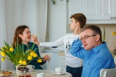 De papa is ongerust gemaakt wanneer de kinderen ongehoorzaam zijn royalty-vrije stock afbeelding