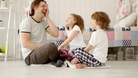De papa speelt met zijn twee kinderen stock videobeelden