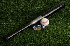 De papa spelde met kleurrijke blokken met een honkbal en een knuppel Stock Foto