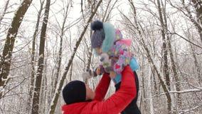 De papa werpt omhoog in het hemelmeisje in de winter stock footage