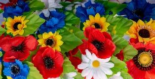 De papavers van het regelingsboeket, madeliefjes, zonnebloemen, groene bladerenclose-up stock afbeeldingen